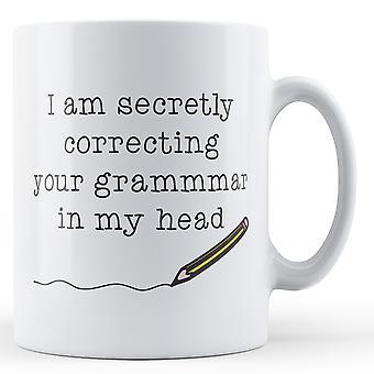 Secretamente yo estoy corrigiendo su gramática en mi cabeza - taza impresa
