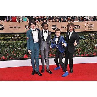 Finn Wolfhard Caleb Mclaughlin Noah Schnapp Gaten Matarazzo på ankomster för 23: e årliga Screen Actors Guild Awards presenteras av Sag Aftra - ankomster 1 altare Exposition Center Los Angeles Ca 2 januari