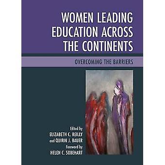 Mujeres llevando educación continentes de superar las barreras por Reilly y Elizabeth C