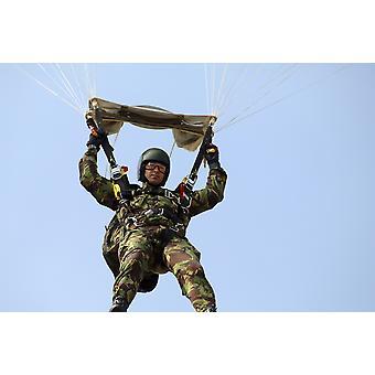 Un miembro del ejército británico pionero pelotón se prepara para aterrizar de un salto de paracaídas Poster Print