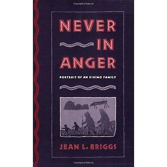 Never in Anger - Portrait of an Eskimo Family by Jean L. Briggs - 9780