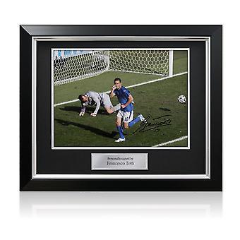 Francesco Totti undertecknat Italien Foto: World Cup mål i Deluxe svart ram med Silver inlaga