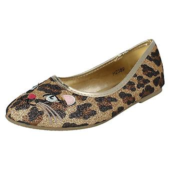 Spot de filles sur le feuillet sur chaussures H2389