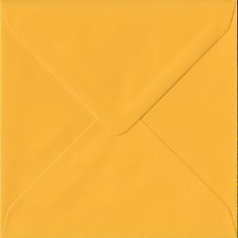 Gyllengul gummerat 155 mm fyrkantig färgade gula kuvert. 100gsm FSC hållbart papper. 155 mm x 155 mm. bankir stil kuvert.