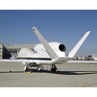 3 december 2007 - elkaar de boven-de-romp motor en V-staart van twee Global Hawk onbemande vliegtuigen geparkeerd op de oprit op het Dryden Flight Research Center Poster Print