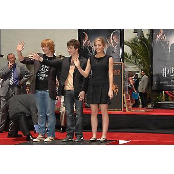 Rupert Grint Daniel Radcliffe Emma Watson na cerimônia de indução para Harry Potter pegada e varinha-Print cerimônia GraumanS Chinese Theatre Los Angeles Ca foto de 9 de julho de 2007 por Dee CerconeEverett