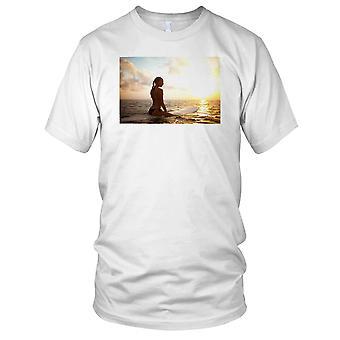 Ragazza pratica il Surfing al surfista di tramonto Kids T Shirt