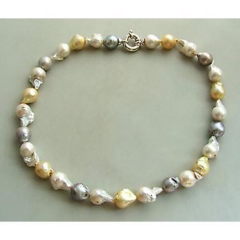 Halsband med sötvattenspärlor