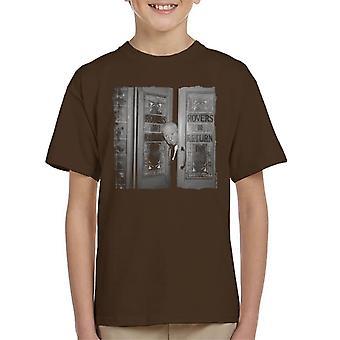 Tiempos de TV Alfred Hitchcock en t-shirt el Rovers Return 1964 niños