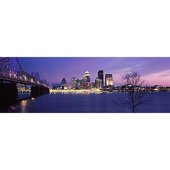 Bro over en elv i skumringen George Rogers Clark Memorial-broen Ohio-elva Louisville Kentucky USA plakatutskrift