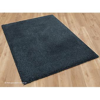 Przytulny ciemny niebieski dywan