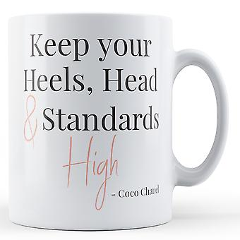 Halten Sie Ihre Fersen, Kopf & Standards hohe Coco Chanel zu zitieren - Becher bedruckt