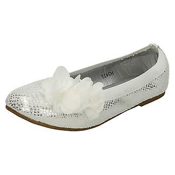 Spot de filles sur le feuillet plat sur chaussure synthétique