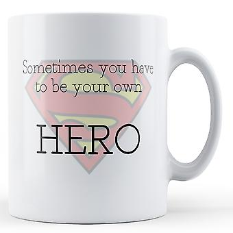 Noen ganger må du være din egen helten krus. -Trykt krus